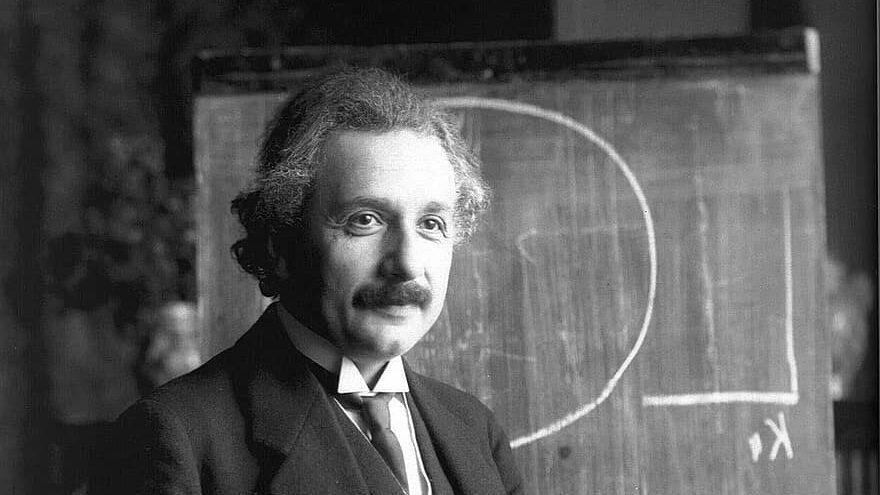 Albert Einstein desarrollo la teoría de la relatividad