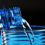 El truco infalible para refrescar una botella de agua rápidamente sin nevera