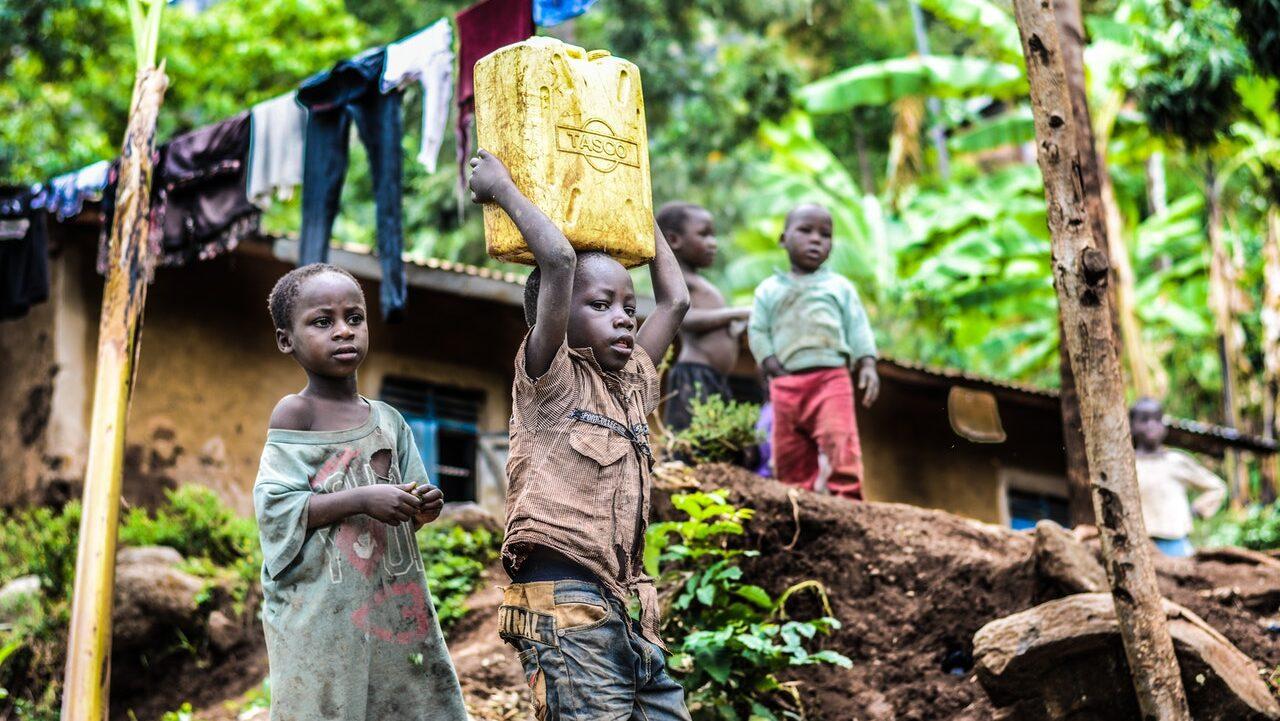 Las políticas climáticas ambiciosas podrían reducir la pobreza extrema en los países en desarrollo si los gobiernos optaran por impuestos sólidos sobre los emisores que luego se distribuyeran de manera justa para ayudar a los pobres