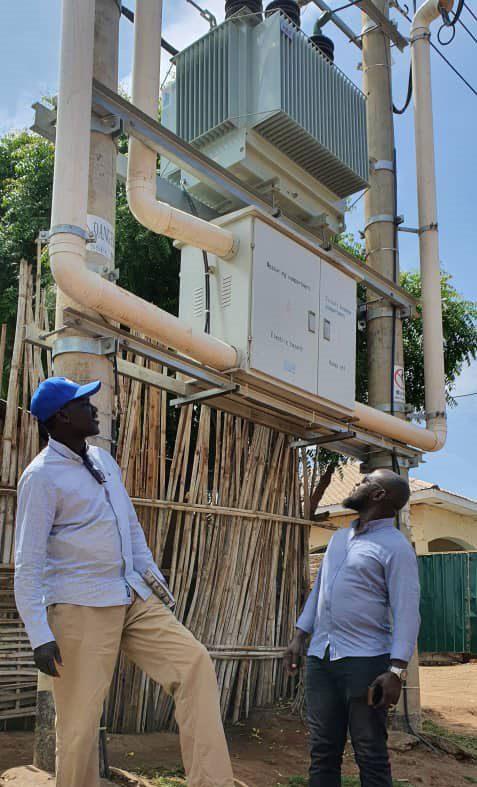 inspecciona equipos eléctricos con un colega en Juba, Sudán del Sur.